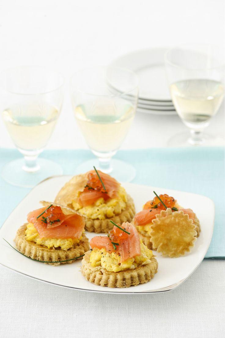 Per un antipasto sfizioso e delicato dall'aroma affumicato, prova la ricetta delle tartine al salmone proposta da Sale&Pepe.