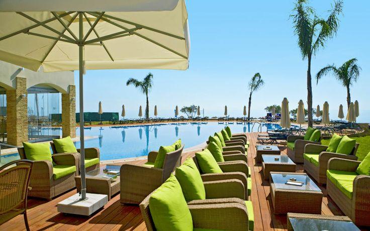 Ahhh.. Hvem ville ikke sidde her på sports- og familiehotellet Mythos Beach på Rhodos med en kold drink i hånden? Se mere på www.apollorejser.dk/rejser/europa/graekenland
