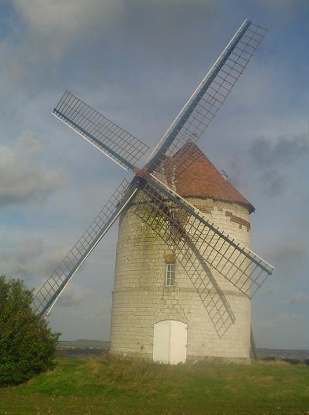 Le Moulin Lebriez à Mentque-Nortbécourt (Pas de Calais, Pays du Calaisis) : Moulin à vent construit en pierre calcaire datant de 1714 et inscrit aux Monuments Historiques depuis 1977. À VENDRE !Moulin Lebriez - Mentque Norbécourt