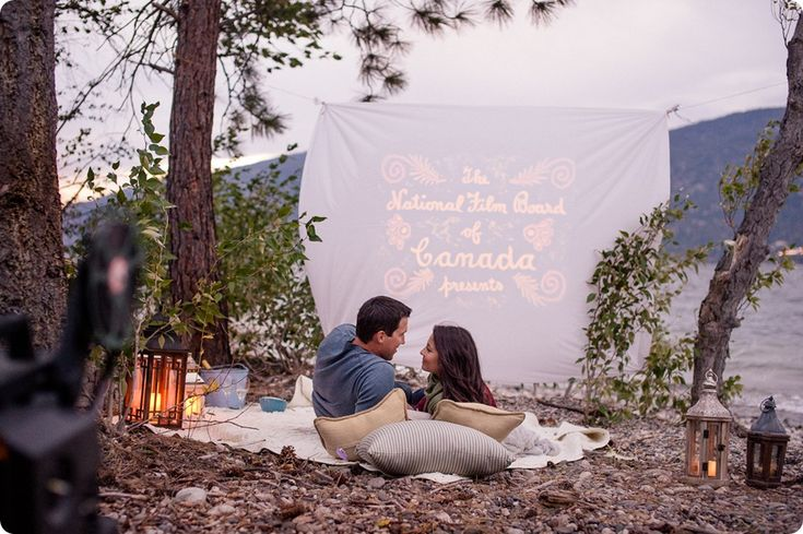 Outdoor movie engagement photoshoot