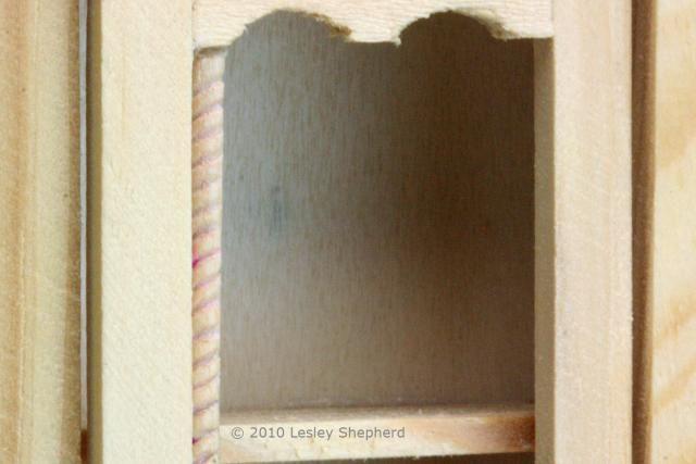Moldeo Cuerda tallada en un palillo de dientes usado al detalle una gran puerta sencilla gabinete cuadro de casa de muñecas.  - Foto Copyright 2010 Lesley Shepherd, con licencia para About.com Inc.