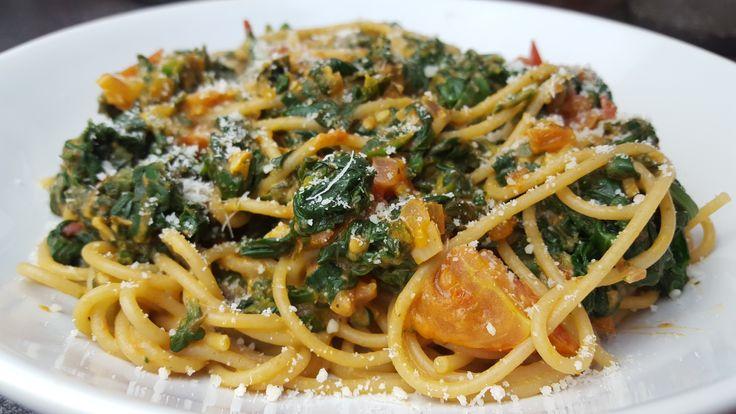 Zutaten (2 Portionen) 150g Vollkorn Spaghetti 1El Olivenöl 1 Knoblauchzehe ½ Rote Zwiebel 4 Tomaten (gewürfelt) 2EL Tomatenmark 200g Spinat (TK oder frisch) 200g Körniger Frischkäse 0.4% Salz & Pfeffer Chilipulver 100ml Nudelwasser Getrockneter Oregano Frischer Basilikum 15g Geriebener Parmesan Nährwerte (pro Portion) 433 Kcal 30g Protein 62g Kohlenhydrate 9g …