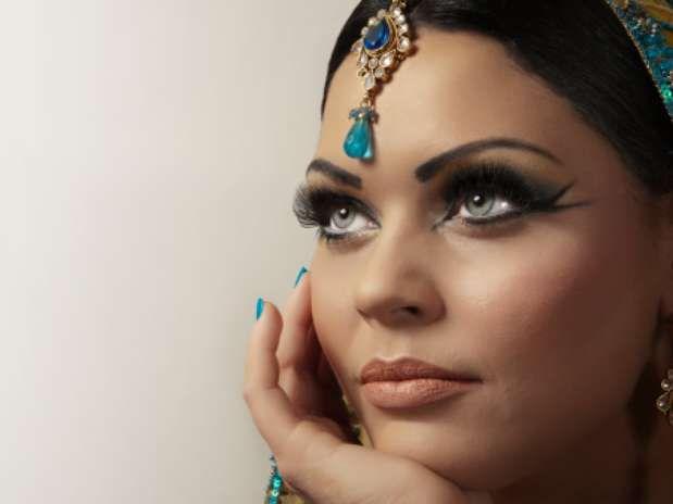 http://maquillajenocheydia.com/maquillaje-arabe/ ஐMaquillaje arabe exótico y sensualஐ Un look súper favorecedor. Maquillaje de ojos ahumados impactante. ¡¡Estarás guapísima!! Vídeo paso a paso, consejos e ideas. Aquí te dejamos todos los detalles.