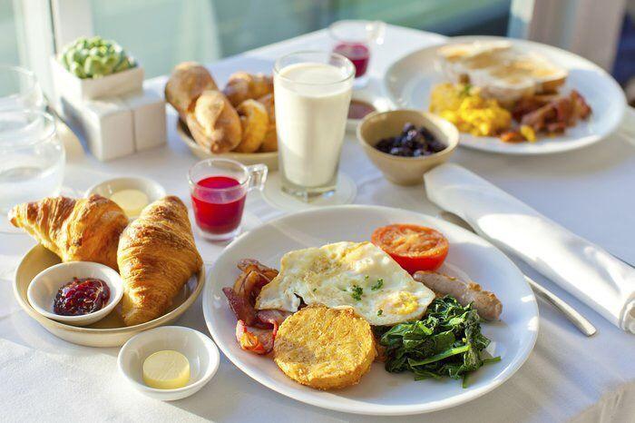 """En underbart härlig frukost! Något av en dröm. Du vet när allt finns. T.o.m croissanter. Du vet väl hur busenkelt det är att svänga ihop alldeles spröda hembakade croissanter? För du kan nämligen """"fuska"""" ihop dem i ett nafs. RECEPT CROISSANTER: 1 förp färdig smördeg 1 ägg Lite mjöl till utbakning Gö"""