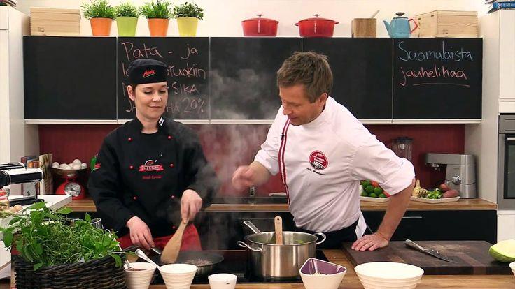 Jauhelihasta valmistat monia herkullisia ruokia. Katso kuinka Akin ja Heidin keittiössä valmistetaan tomaattinen kaalilaatikko.Reseptin tähän ja kymmeniin muihin maukkaisiin jauheliharuokiin löydät Atrian Kokkaamosta osoitteesta  http://www.kokkaamo.fi