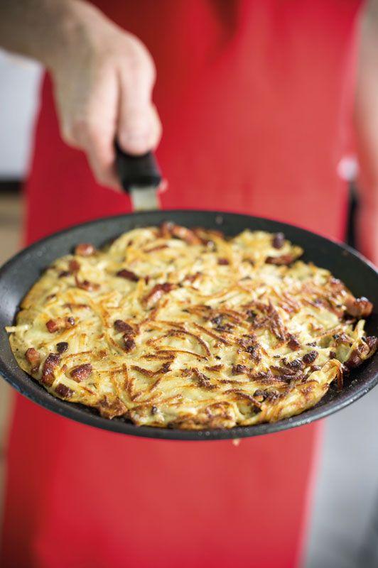 1. Bak de spekreepjes in een hete pan. Haal de spekreepjes uit de pan eenmaal ze gebakken zijn. 2. Schil de aardappelen en rasp fijn. 3. Meng de geraspte aardappelen met het ei, de melk en bloem. Kruid met peper, een beetje zout en Provençaalse kruiden zoals tijm en oregano. 4.