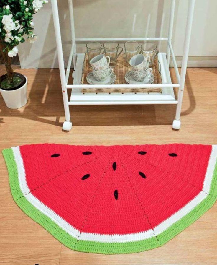 Lindo tapete em formato de melancia, uma linda arte para decorar sua cozinha ou quarto infantil.  Medida: 70x40 cm