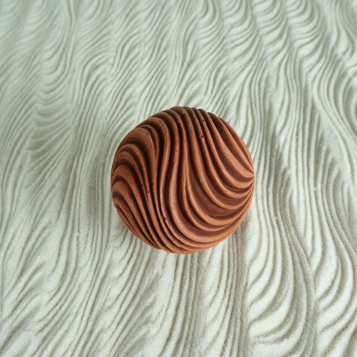 This patterned making ball can be rolled to create a beautiful sand pattern. Sand art at it's finest! Meditative and stress-relieving, these modern zen spheres are a unique gift for all.