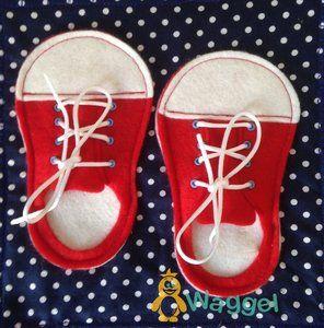 Een leuke en leerzame pagina uit het Voel&Doe boek: schoenen strikken. De sneakers kunnen dvm veters gestrikt worden. Verkrijgbaar in een jongens of meisjes versie.