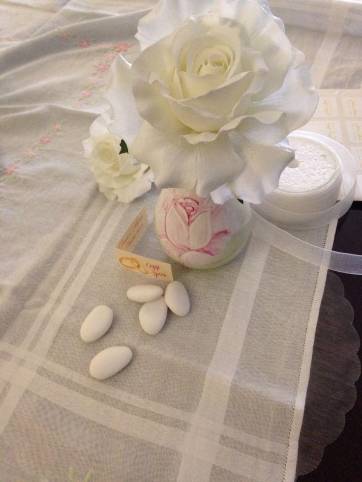 Maxi rosa bianca in vaso centrotavola dipinto a mano. Anna Stile Jewels