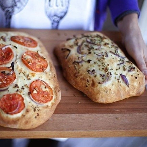 Фокачча. Фокачча - дрожжевой хлеб без каких-либо начинок на поверхности (топингов) или с начинками, который пекут в Италии. Самая простая начинка - оливковое масло или соль, но могут быть и более сложные варианты - пряные травы, сыры, томаты, оливки, лук, фрукты и т.д. Фокачча бывает круглой или прямоугольной, тонкой или толстой, все зависит от предпочтений пекаря. Некоторые авторы считают, что фокачча - предшественница пиццы. По способу приготовления она почти идентична пицце, но только без…