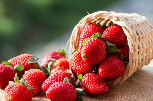 コラーゲンの生成を助け、美白・美肌効果があるビタミンCが豊富に含まれているだけではなく、虫歯を予防してくれるキシリトール、妊娠中の女性に大切な葉酸も多く含まれるいちごはやはり女性に優しい果物ですね。ビタミンCなら1日5から8粒でOK!です。#健康#Food#料理#レシピ#Recipe