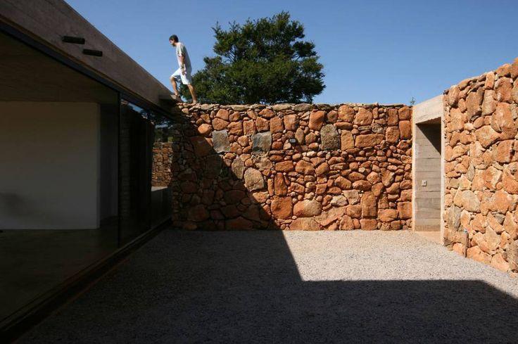 13 Stunning Inner Courtyards,Casa en Joanopolis / Una Arquitetos . Image © Bebete Viégas