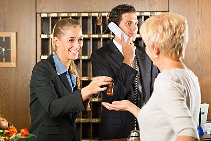 Hotelfachmann / Hotelfachfrau IHK - Hotelfachleute werden in allen Abteilungen eines Hotels eingesetzt. Das Wohlergehen der Gäste steht im Mittelpunkt ihrer Arbeit. In ihren Aufgabenbereich fallen die Planung der Arbeitsabläufe, die Betreuung der Hotelgäste. Außerdem nehmen sie Reservierungen für Individual- und Gruppenbuchungen vor, verhandeln Konditionen mit Firmen und Reiseveranstaltern und sind an der Rezeption für Check-in und Check-out verantwortlich.
