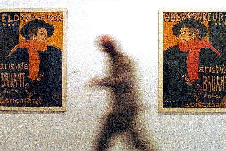 Em um dia como hoje, em 24 de novembro de 1864 nascia o pintor francês Henri de Toulouse-Lautrec.   Henri Marie Raymond de Toulouse-Lautrec-Monfa (24 de Novembro 1864-9 setembro de 1901) foi um pintor francês, gravador, desenhista e ilustrador, cuja a imersão na vida colorida e teatral do fim do século em Paris deu caminho a uma obra de imagens excitantes, elegantes e provocativas da vida moderna e às vezes decadente daqueles tempos.   Nesta imagem: Um homem passa em frente de dois cartazes…