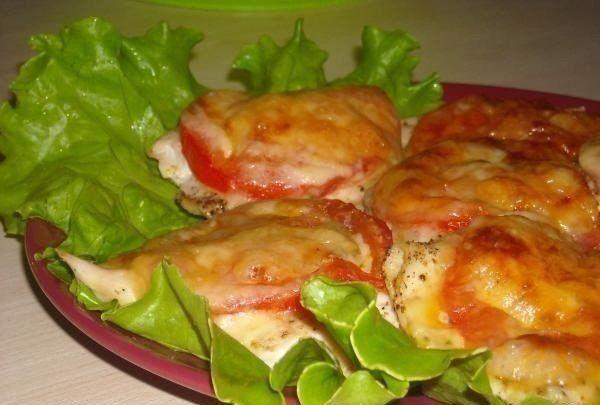 Самые вкусные рецепты: Куриное филе под сыром с помидорами