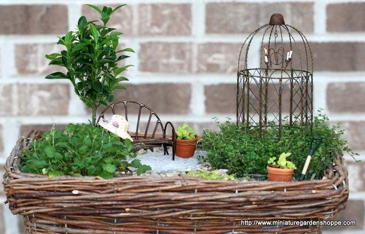 He encontrado estos jardines en miniatura increibles, son pequeñas escenas, miniaturas que parecen jardines reales, es una forma de decoración realmente...