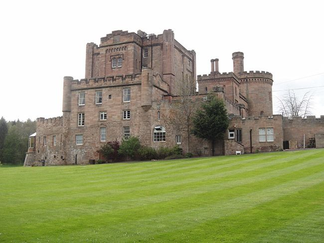 Wielka Brytania - Zamek Dalhousie w Bonnyrigg. Przed wiekami nastoletnia Lady Catherine zakochała się w mężczyźnie, którego nie akceptowali jej rodzice. Gdy zabronili jej widywać się z wybrankiem, dziewczyna z rozpaczy zamknęła się w najwyżej położonej komnacie i zagłodziła na śmierć. Od tamtej pory jej duch błądzi po zamkowych korytarzach. W zamku obecnie jest hotel. Jak na ironię,  miejsce, do którego ściągają przede wszystkim zakochani i nowożeńcy.