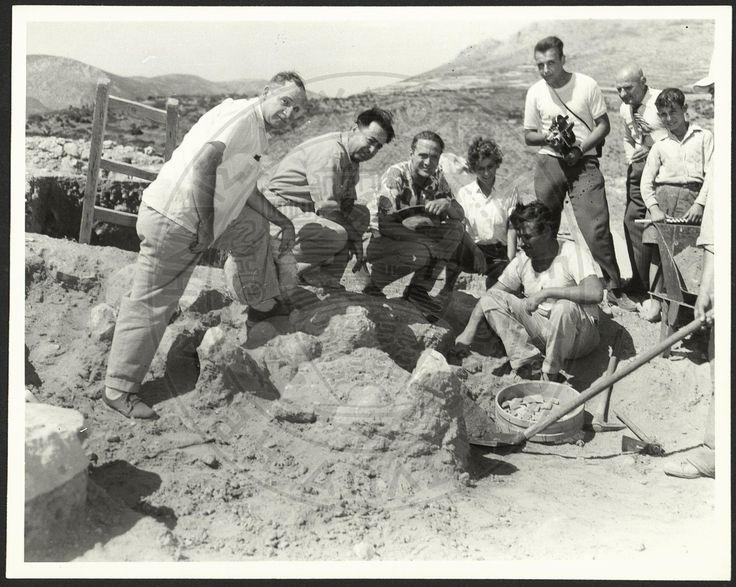 Μυκήνες 1953. Ο Ι. Παπαδημητρίου, ο Γ. Μυλωνάς και ο Ι. Καραμήτρος με επισκέπτες στην ανασκαφή του Ταφικού Κύκλου Β.  Η εν Αθήναις Αρχαιολογική Εταιρεία, CC BY-NC-ND 4.0.