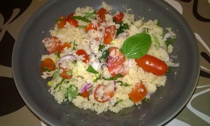 Osvěžující kuskusový salát s rajčátky a cibulkou