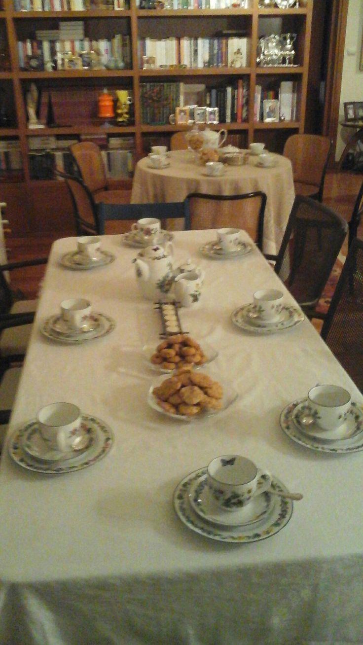 Το τραπέζι της βεράντας μου μπήκε μέσα και στρώθηκε με το σερβίστιο με τις πεταλούδες...