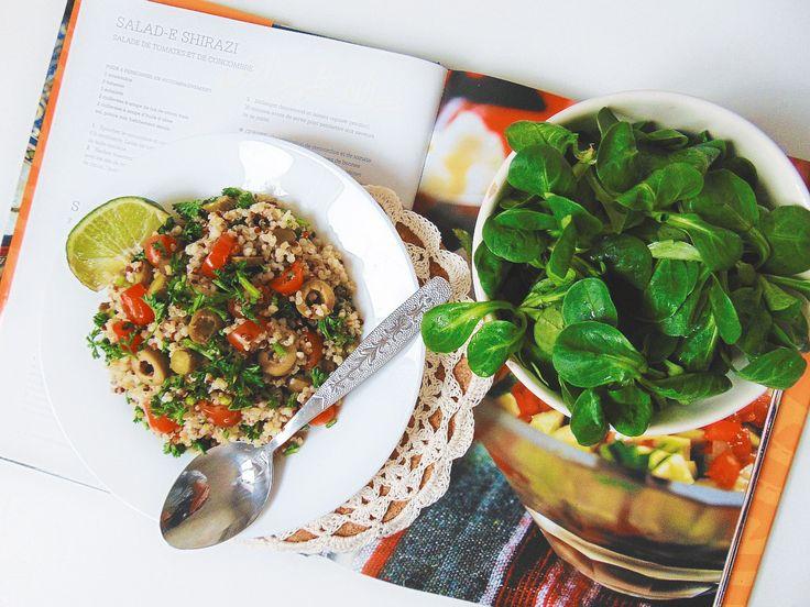 Sałatka z komosy ryżowej (quinoa) z oliwkami.