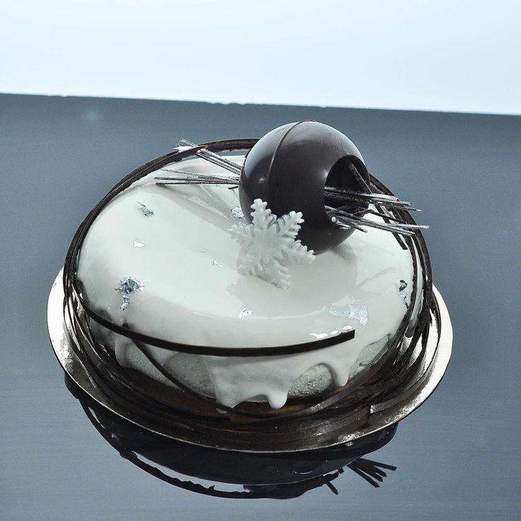 «Один из новогодних тортов:) клюква-ваниль.»