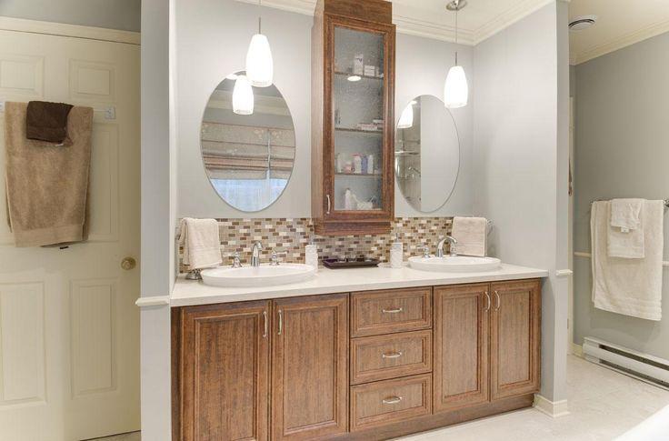 Les portes en polyester imitation bois donnent tout un cachet à cette salle de bain.