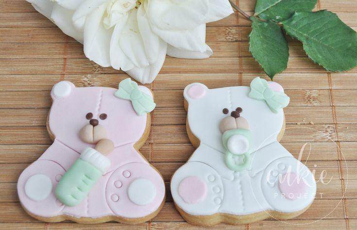 Bonitas y dulces galletas decoradas de osito bebé con biberón, en color rosa y verde, para bautizo de niña!! Galletas originales y personalizadas para bebés decoradas en fontant y con un packaging bonito!!