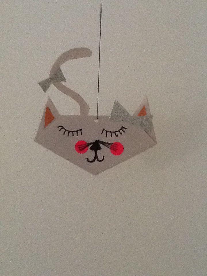 Jeg elsker at lave katte til fastelavn og håber at i også kan lide ideen  vis i vil lave sådan en kat så skal i bruge et lille stykke papir  folder det til en firkant  og folder det over  sådan at det ligner en trekant  og så skal du så i gang med at folde ørene op til begge sider så er der en spids kan den folder du så ned og så laver du konerhår  og næse og den lille mund  og så kan du købe klister mærker fra søstrene grene og øjne jeg har valt at lave lukkede øjne men det bestemmer i selv