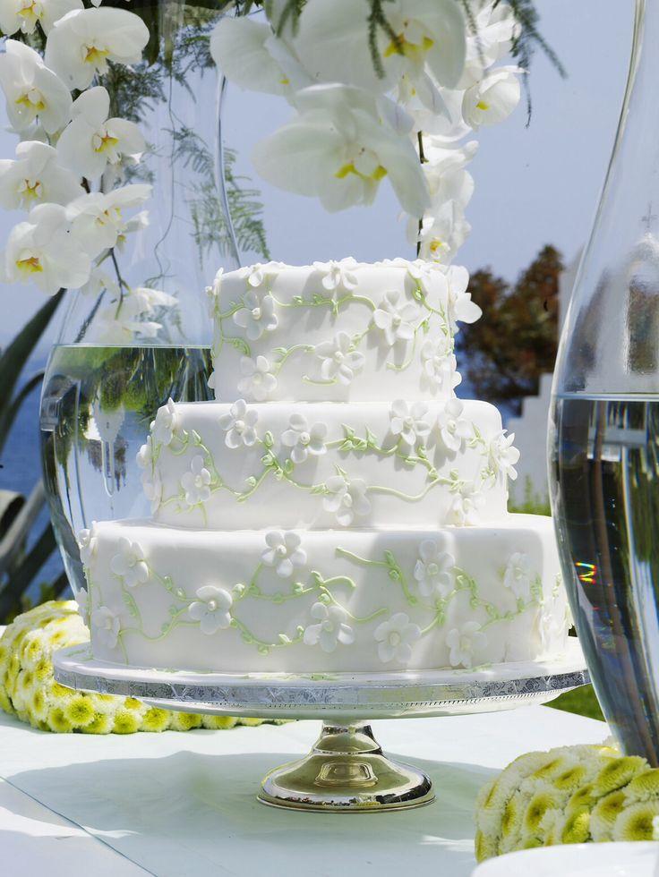 Always put your wedding cakes on nice cake stands http://www.instyle.gr/photo-gallery/gamos-se-nisi-trapezi-pou-tha-afisi-istoria/