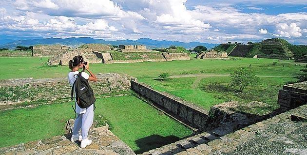 Monografía del estado de Oaxaca. Localizada al sur del país, esta entidad aloja una hermosa ciudad colonial, estupendas zonas arqueológicas y playas, así como numerosas poblaciones en las que se ofrecen todo tipo de artesanías y platillos típicos.