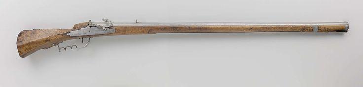 | Musket, 1625 - 1675 | Musket met achtkantige loop, met vizier en korrel (de laatste van messing). Op de kamer en op de tromp gegraveerde versieringen van harten en druiventrossen. Lontslot. Vlakke slotplaat, van achteren met gepunt bolvormige uitstulping, vastgezet met twee slotschroeven (vleugelbouten). Voorkant van de lade versierd met eenvoudig bladmotief. Twee dichte ijzeren ladebanden. Kolf: zonder plaat. [inventarisformulier W.S. December 1986]