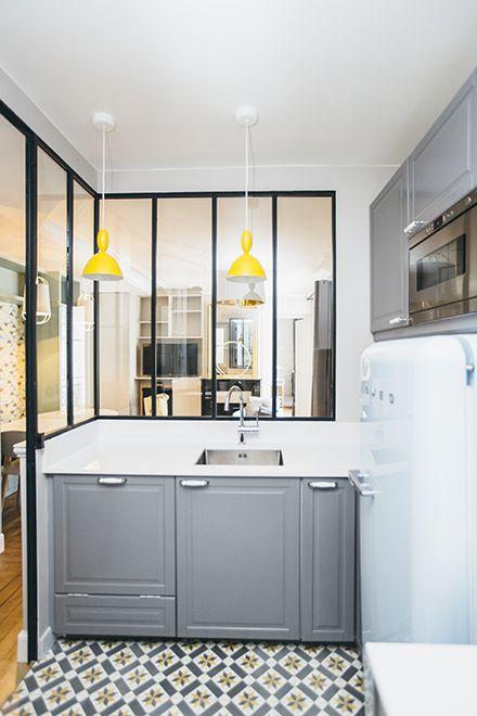 Une belle cuisine avec deux bonus déco : un sol en carreaux de ciment et une verrière !