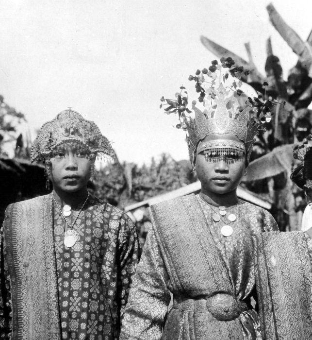 COLLECTION Tropenmuseum Gadis dengan pakaian adat di Muara Lakitan Palembang, Sumatera Selatan.