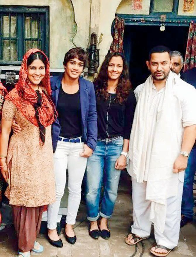 #AamirKhan meets the Phogat sisters on sets of 'Dangal'. #bollywood
