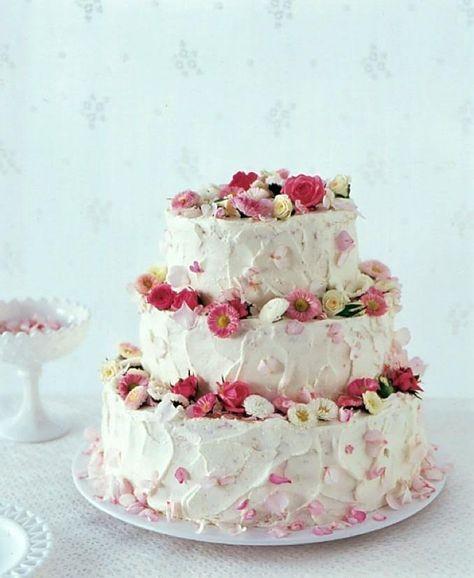 Zur Hochzeitsfeier gehört eine tolle Torte! Unser Backrezept für eine dreistöckige Hochzeitstorte mit Erdbeer-Sahne-Füllung und essbarer Blüten-Deko.