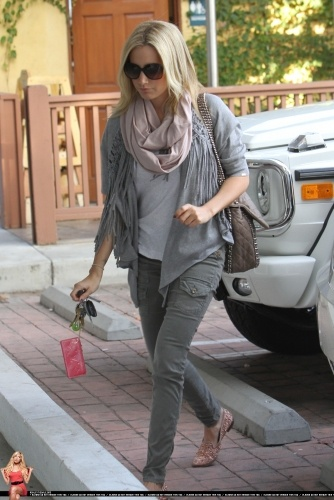Arriving at Bellacures in Studio City with Hilary and Haylie Duff