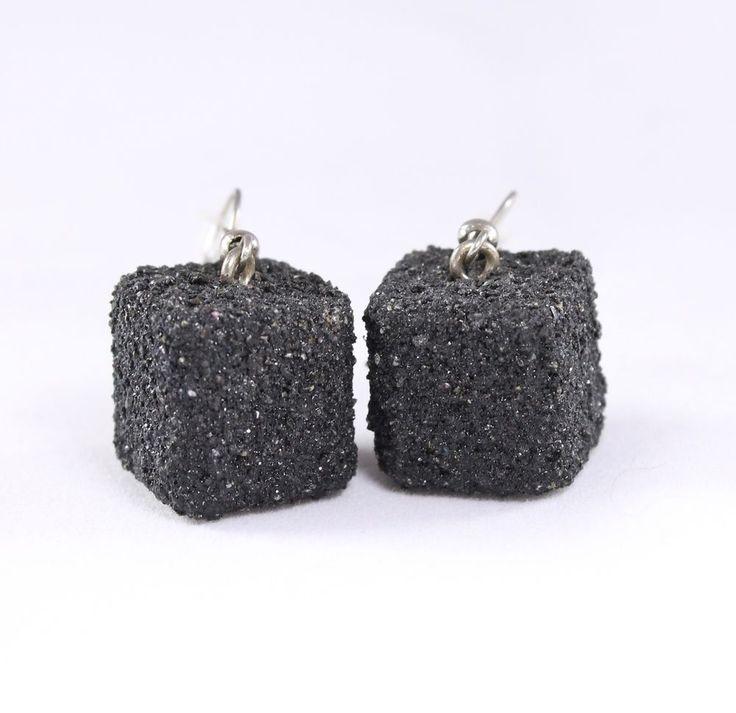 Orecchini pendenti neri. Orecchini cubo legno sabbia. Gioielli fatti a mano.