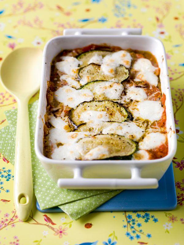 1. Verwarm de oven voor op 180°C. 2. Snij de paprika's in 2, verwijder de zaadjes en snij vervolgens in stukjes. Pel de ui en snipper fijn. Snij de helft van de courgette en aubergine in schuine dunne plakjes en snij de rest in kleine blokjes. 3. Verhit een scheut olijfolie in een braadpan.
