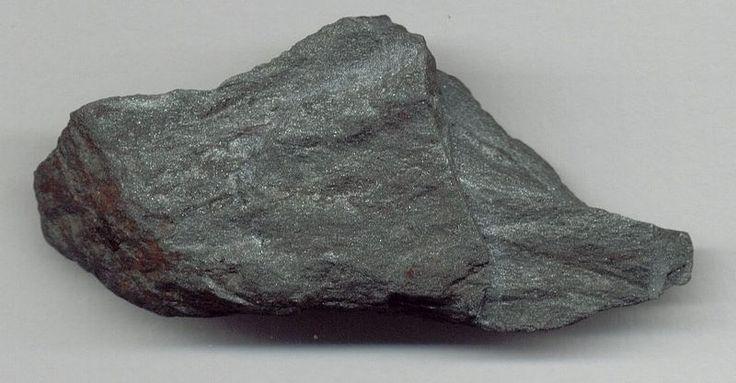 ŽELEZNÁ RUDA - Chile, Brazíle ( je světový producent železné rudy). ŽR - hornina, která obsahuje železo. Důležitá slitina: OCEL = slitina železa, uhlíku a dalších prvků. Použití oceli: stavebnictví (NOSNÉ KONSTRUKCE STAVEB, betonářská výztuž, pružiny) - průmyslové haly, architektonicky náročné stavby, MOSTY, lávky, SCHODIŠTĚ, SOCHY. Strojírenství. Ocelová konstrukce je plně recyklovatelná.