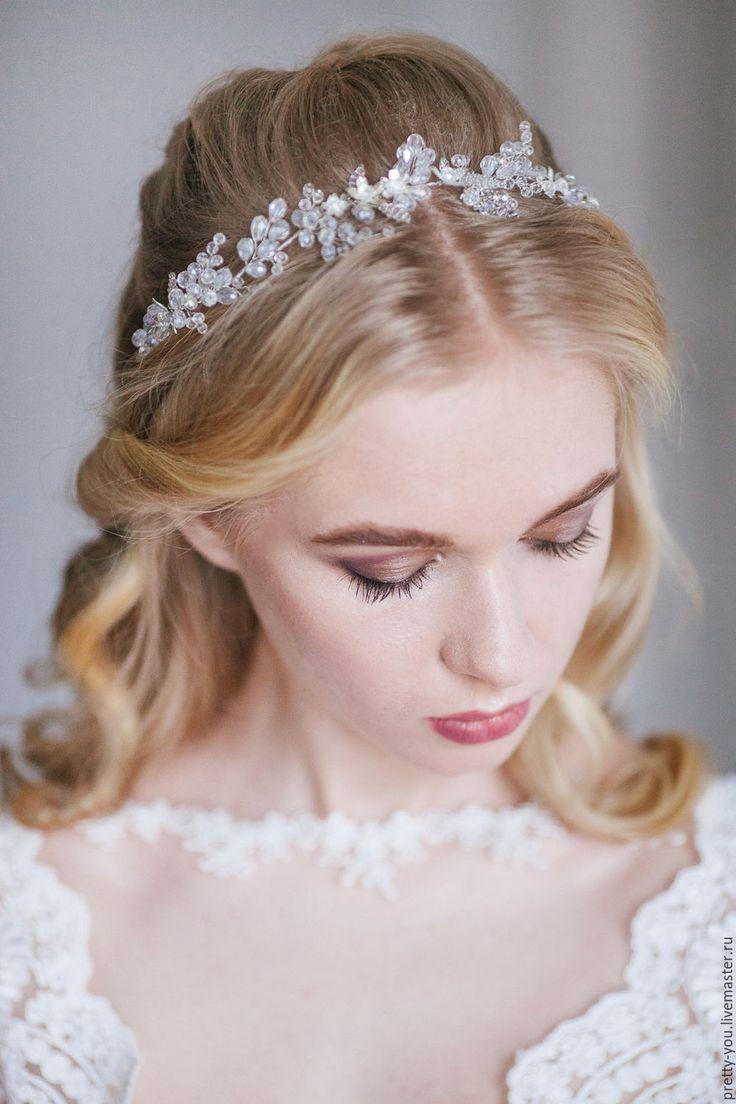Купить или заказать Венок для волос, свадебный венок для невесты, венок на голову в интернет-магазине на Ярмарке Мастеров. Изящный веночек из хрусталя, металлических цветов и стеклянного бисера Preciosa. Венок собран на основе серебристого цвета, можно повторить на классическом золоте или в цвете Розовое золото. Потрясающе сверкающее, и при этом очень нежное украшение, которое подойдет и под классическую, собранную прическу и под легкие волны в бохо-стиле. Крепится на невидимки или на ленту…