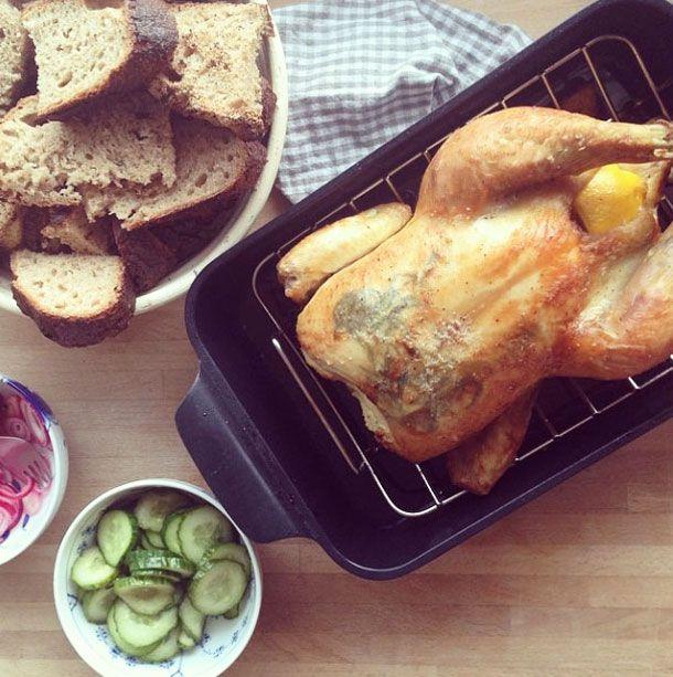 Opskrift på virkelig lækker og nem helstegt kylling, med tilberedning på grill eller i ovnen. Saftig kylling med meget smag - Opskrift