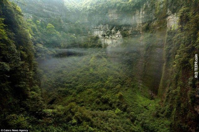除了這個可以觀察這個巨大洞穴以外,你還能看到洞穴中的雲、霧。