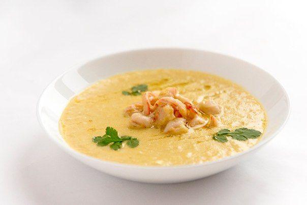 Кукурузный суп 200 мл куриного бульона, 2 зубчика чеснока, 30 мл растительного масла, 5 г. имбиря, 1 банка консервированной кукурузы, 40 г. сахара, 20 г. кунжута, 2 яйца, 400 мл. кокосового молока, 2 креветки, овощи по вкусу.