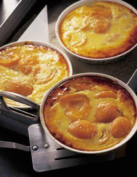 Recette Flans d'abricots : Préchauffez le four à 180° (th6). Répartissez équitablement les oreillons d'abricots dans les ramequins préalablement beurrés. Battez les oeufs à la fourchette.Portez le lait à ébullition. Ajouter la semoule en pluie. Baissez le feu et faites cuire 3 mn en remu...