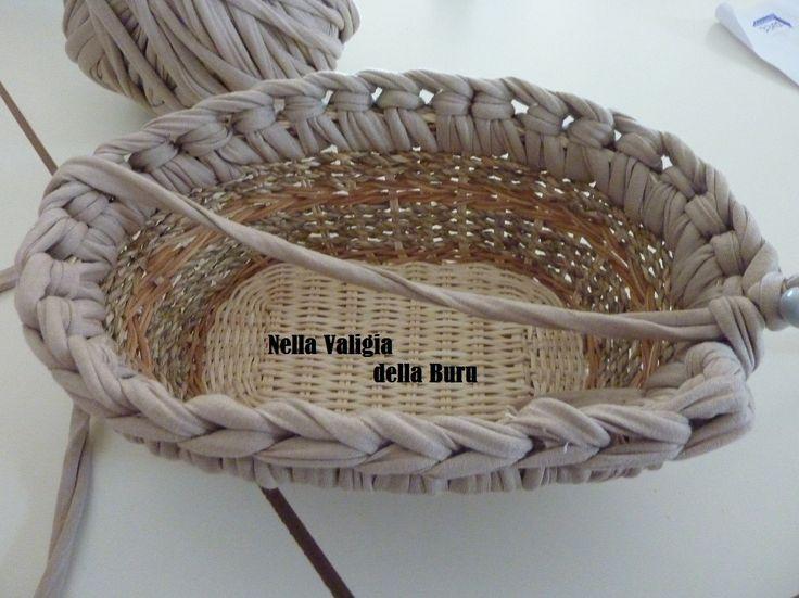 Nella valigia della Buru: Nuovo tutorial della buru per borse in fettuccia all'uncinetto fai da te! Come riutilizzare i cestini in vimini per creare fondi rigidi!!!