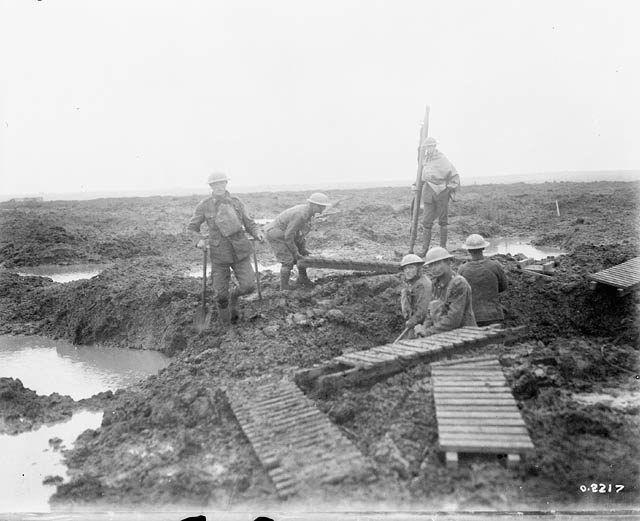 pionniers canadiens de pose des matelas de tranchée sur la boue pour faciliter le mouvement.  Deuxième bataille de Passchendaele.