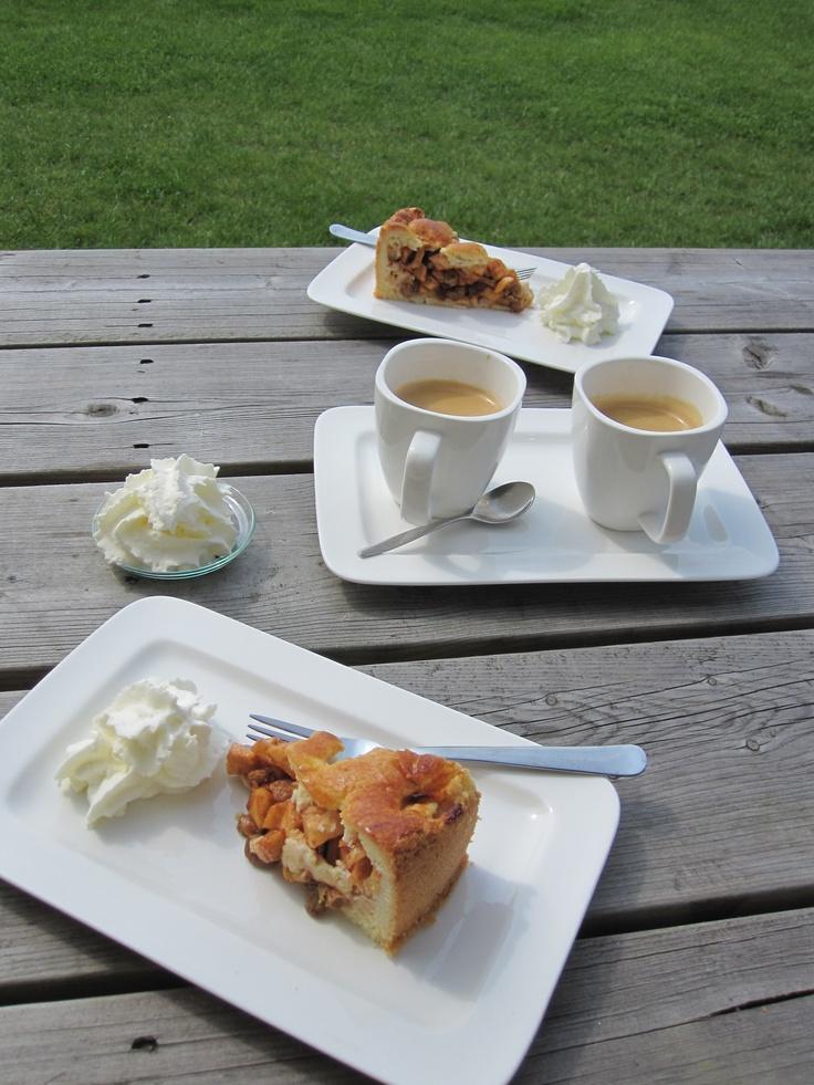 Heerlijk 'Jura' koffie met versgebakken taart en echte slagroom