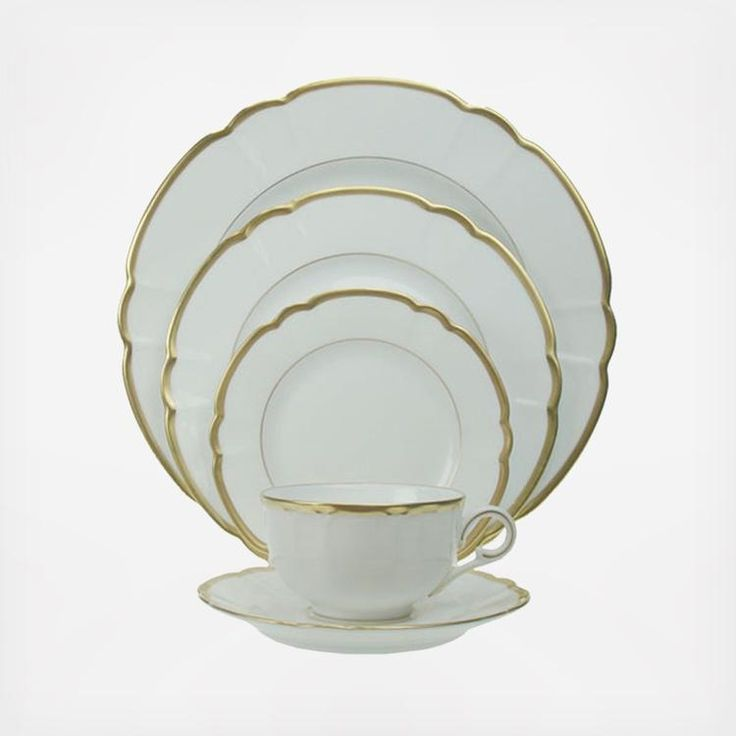 Robert Haviland's porcelain is more than chinaware. It is intricate art for the table. A fresh take on classic designs. Imaginative interpretations mingle with modern day functionality. The result is contemporary china for those special occasions. Adding to today's chic tableware, Robert Haviland creates a dynamic presence in any setting. The decoration on the Collette Gold pattern is simple yet rich and generously accented in 22 karat gold banding. The fine scalloped edges provide an…